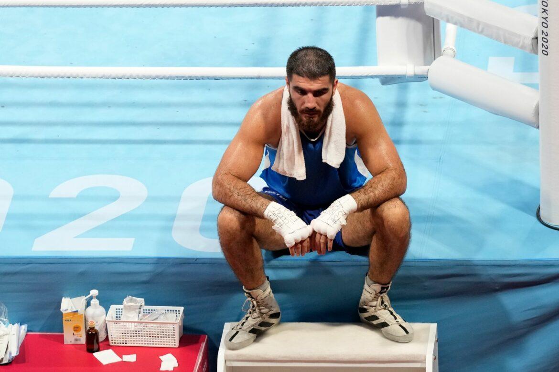 Französischer Boxer protestiert mit Sitzstreik